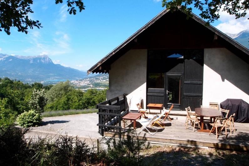 Location de vacances - Villa à Embrun - La terrasse supérieure, la plateforme à gauche, le lac d'Embrun au fond