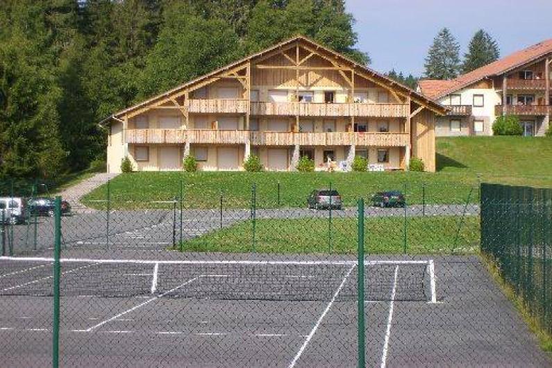Location de vacances - Appartement à Gérardmer - Résidence en été avec tennis privatif