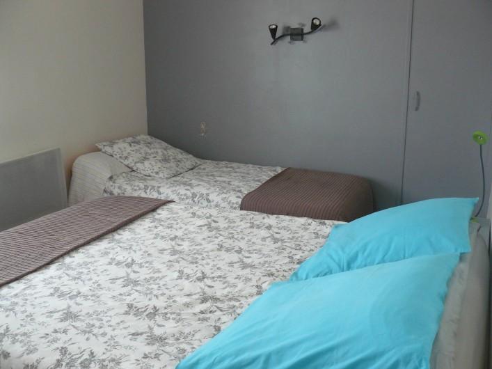 Location de vacances - Chambre d'hôtes à Villeneuve-lès-Béziers - Chambre au 2ème étage. Un lit double et un lit simple