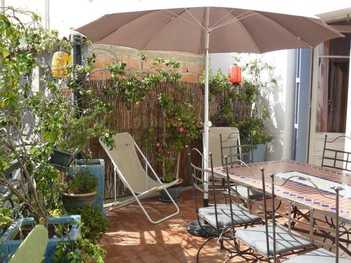 Location de vacances - Chambre d'hôtes à Villeneuve-lès-Béziers - La terrasse, à la disposition de la chambre du rez-de-chaussée