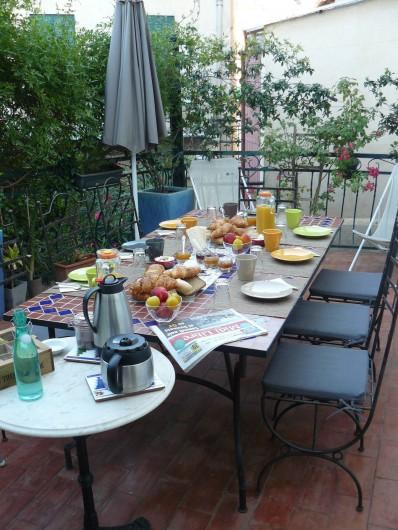 Location de vacances - Chambre d'hôtes à Villeneuve-lès-Béziers - Petit déjeuner sur la terrasse