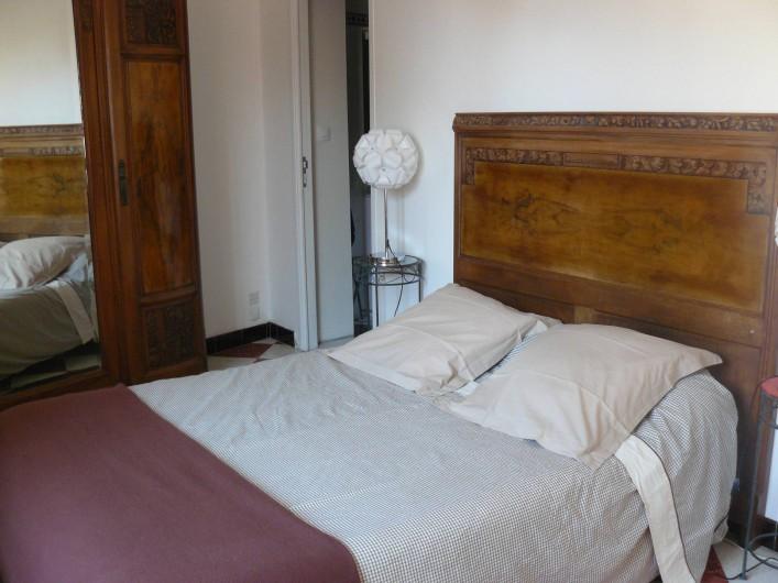 Location de vacances - Chambre d'hôtes à Villeneuve-lès-Béziers - La chambre du rez-de-chaussée. Un lit double.
