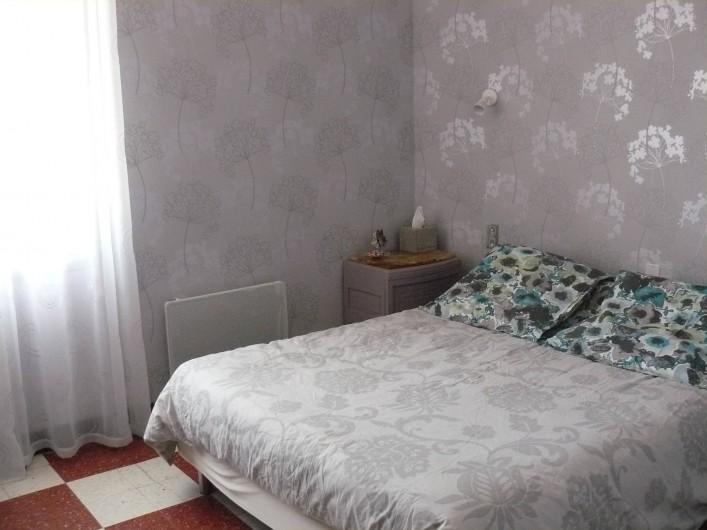 Location de vacances - Chambre d'hôtes à Villeneuve-lès-Béziers - Suite familiale au 1er étage. Chambre avec un lit double