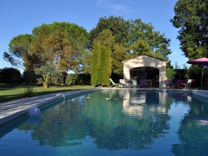 Location de vacances - Villa à Saint-Génies-de-Malgoirès - La piscine et le pool house avec cuisine complète équipée