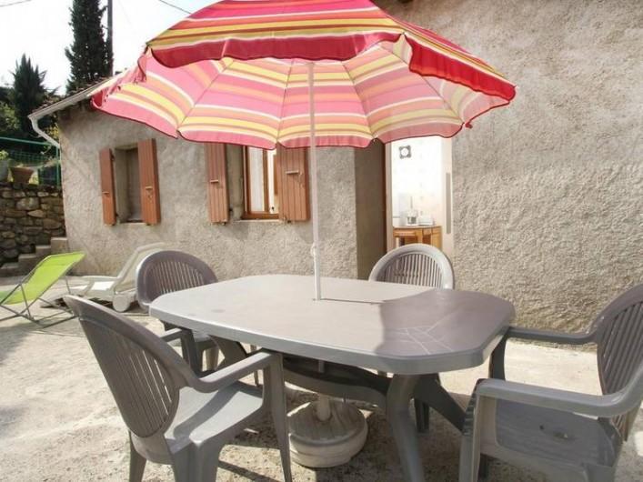 Location de vacances - Gîte à Saint-Étienne-de-Serre - Terrasse et salon de jardin