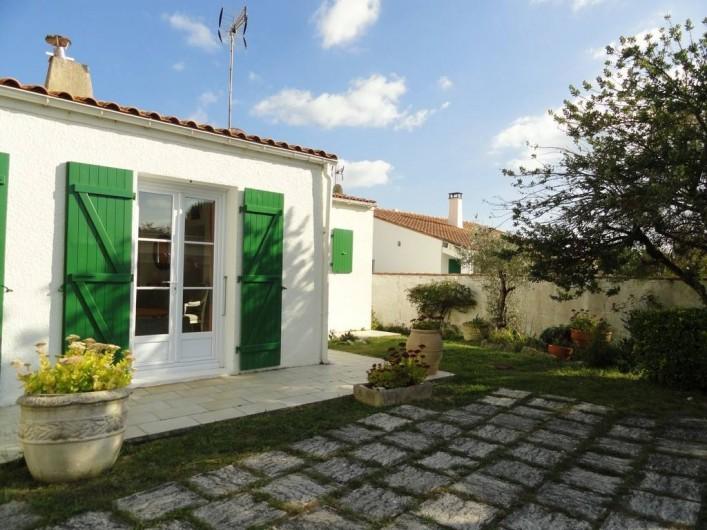 Location de vacances - Villa à Sainte-Marie-de-Ré - jardin devant maison