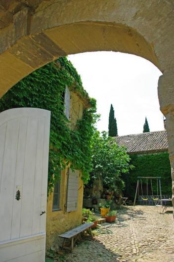 Location de vacances - Gîte à Lirac - Entrée du mas