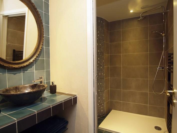 Location de vacances - Appartement à Sète - Cabinet de toilette de la chambre La Corniche avec vue sur la  douche .