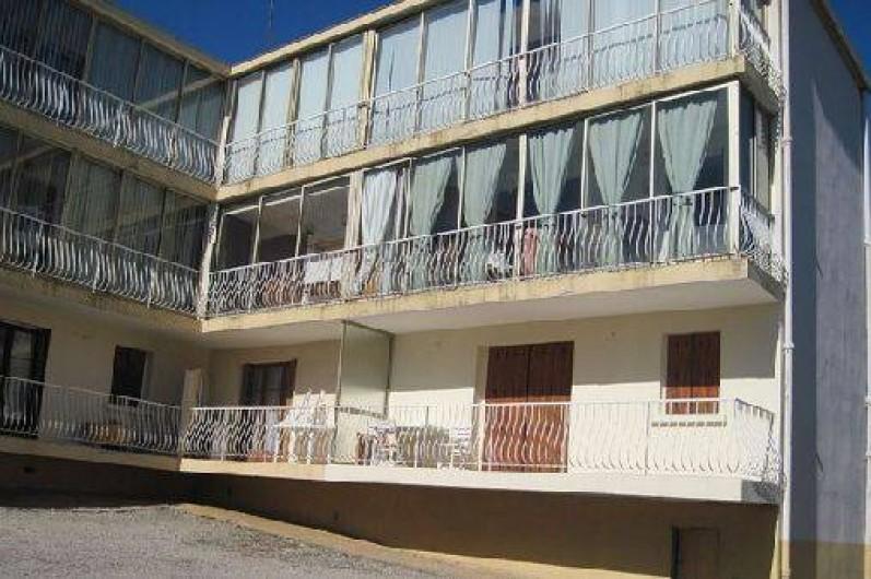 Location de vacances - Appartement à Six-Fours-les-Plages - Partie cour de l'immeuble