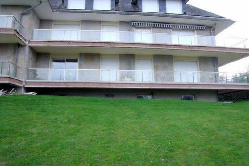 Location de vacances - Studio à Dinard - bâtiment cote balcon , appartement  avec la fenêtre ouverte