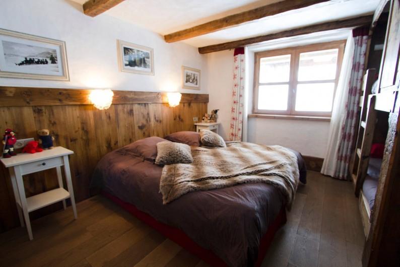 Location de vacances - Chalet à Sainte-Foy-Tarentaise - Arthur - Chambre quadruple, vue montagne