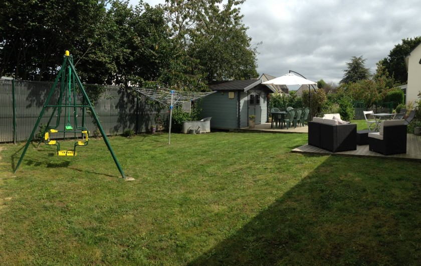 Location de vacances - Maison - Villa à Pluduno - le jardin, balançoire, les deux terrasses, le chalet