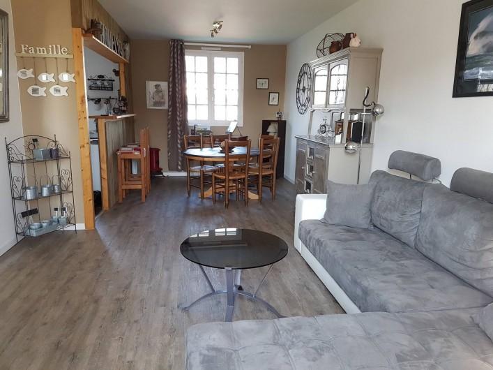Location de vacances - Maison - Villa à Pluduno - le salon et le canapé d'angle pour vos soirées entre amis ou en famille