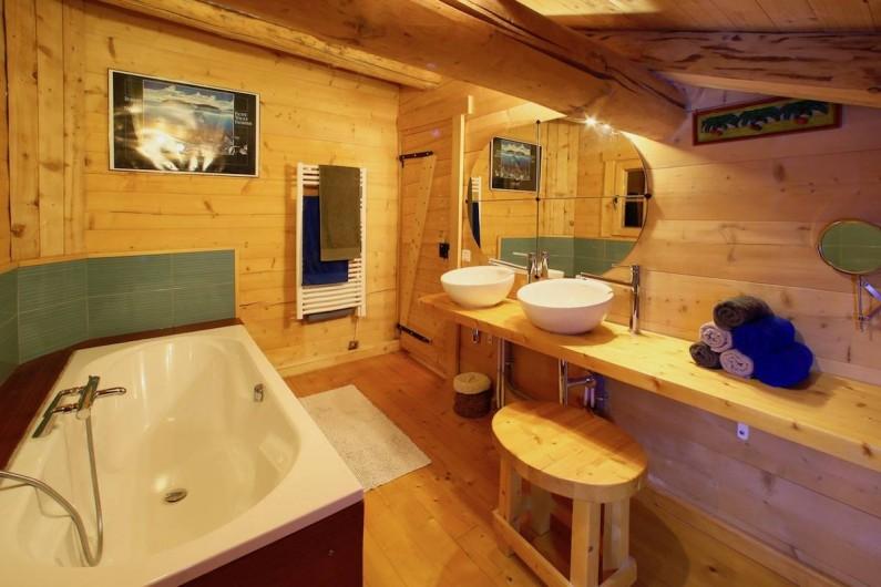 Location de vacances - Chalet à Manigod - Baignoire de 2m. Une grande douche + 1 lavabo sont dans la pièce à côté.