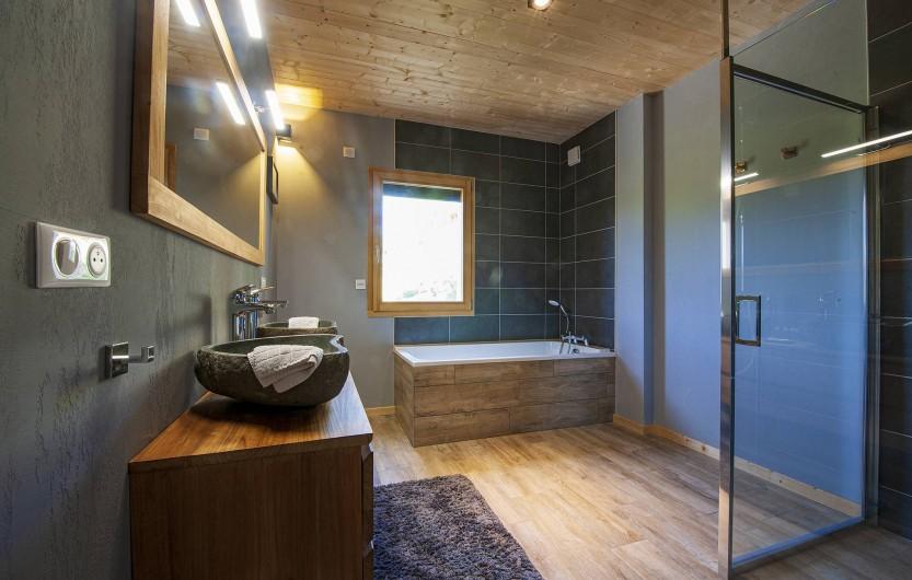 Location de vacances - Chalet à Muhlbach-sur-Munster - Chambre 2, salle de bain et douche à l'italienne, double vasque, wc séparé