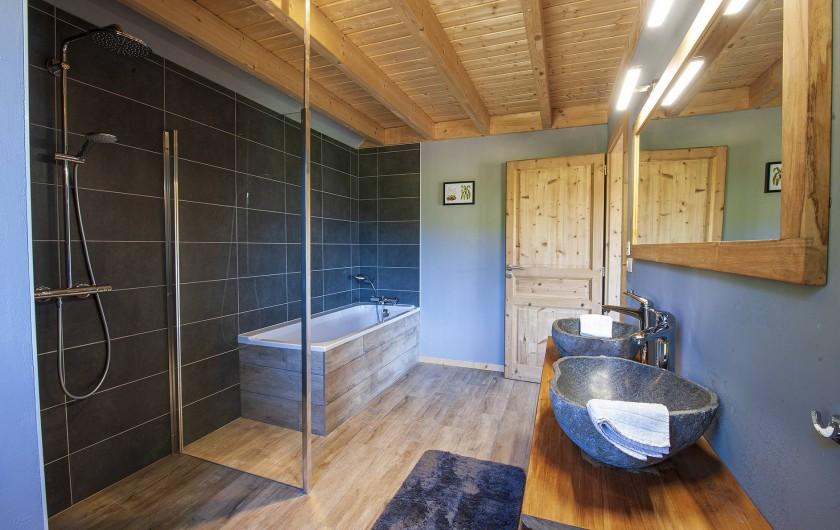 Location de vacances - Chalet à Muhlbach-sur-Munster - Chambre 4, salle de bain et douche à l'italienne, double vasque, toilette