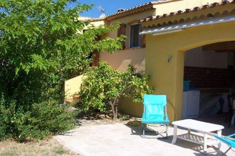 Location de vacances - Villa à La Cadière-d'Azur - terrasse de 20m carrés avec fauteuils .petit terrain de boules. parking voitures