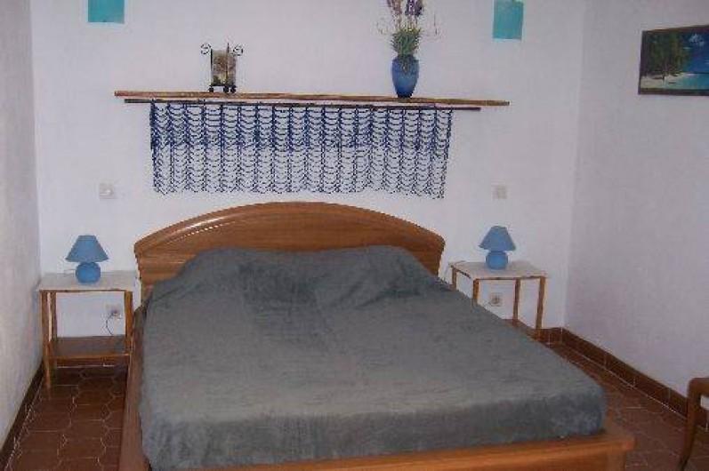 Location de vacances - Villa à La Cadière-d'Azur - chambre avec un grand lit (160/200) commode et penderie.