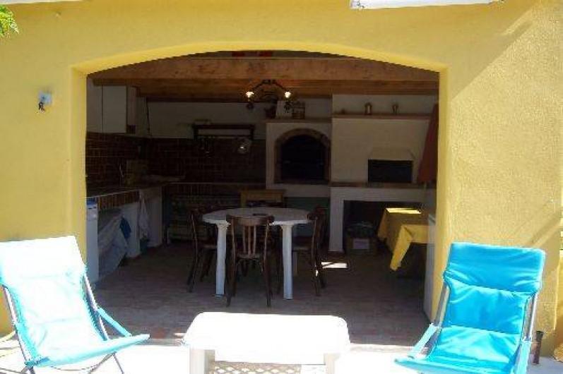 Location de vacances - Villa à La Cadière-d'Azur - cuisine d'été toute équipée :lave -linge,  lave-vaisselle, gazinière,  frigo