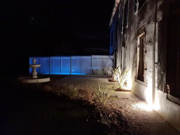 Location de vacances - Gîte à Bournezeau - Façade de nuit vue piscine