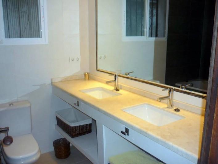 Location de vacances - Villa à Almuñécar - salle de bain baignoire et double vasque