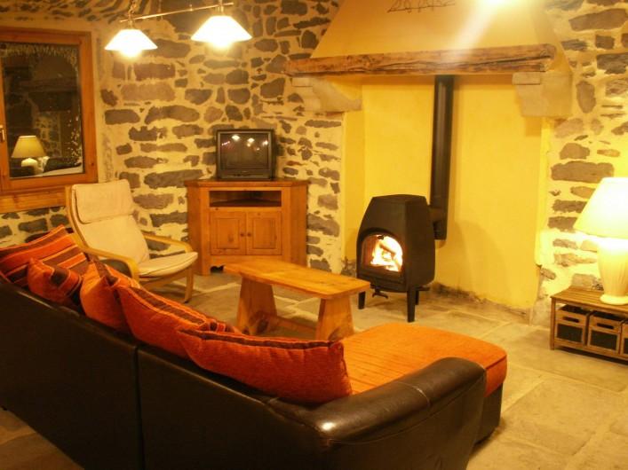Location de vacances - Gîte à Moudeyres - Séjour spacieux avec écran plat. Ambiance chaleureuse garantie.