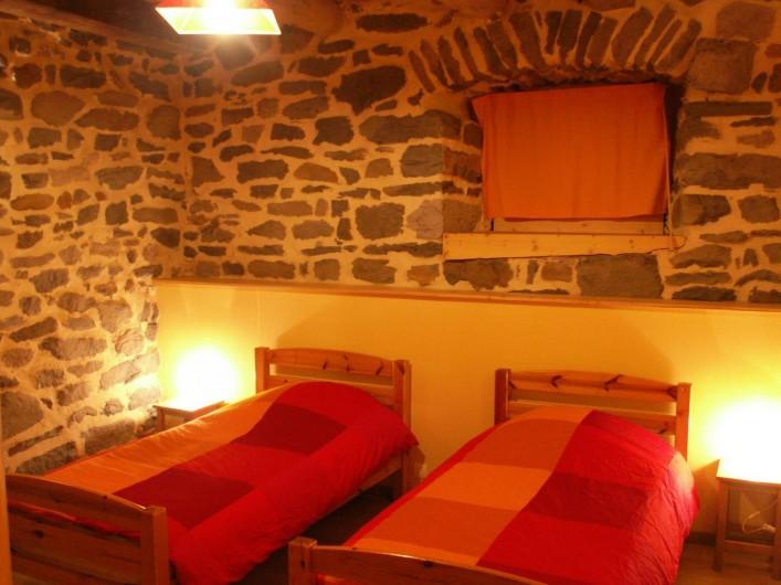Location de vacances - Gîte à Moudeyres - Chambre avec deux lits simples et une belle armoire vellave !