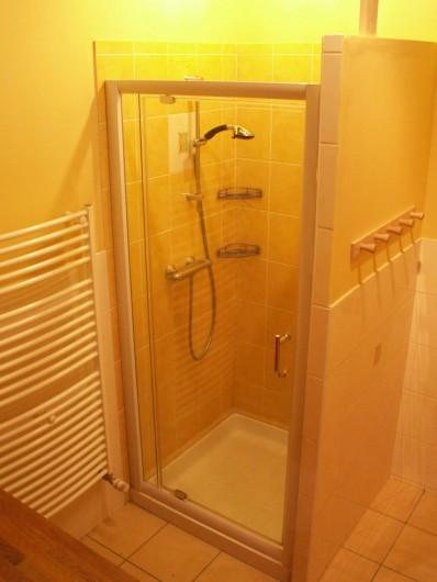 Location de vacances - Gîte à Moudeyres - Douche spacieuse et lumineuse avec plancher chauffant et sèche serviette.