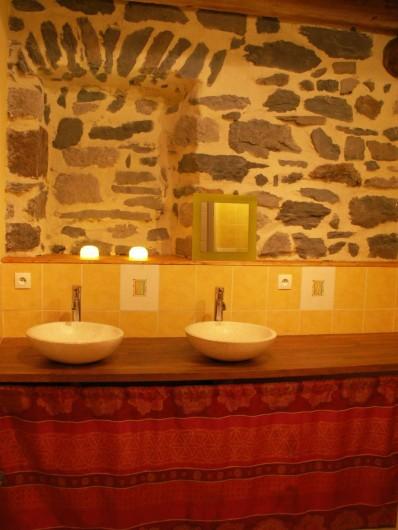 Location de vacances - Gîte à Moudeyres - Belle salle de bains joliement mise en scène