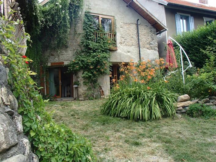Location de vacances - Gîte à Chorges - Le jardin. Le gîte est au rez de chaussée.