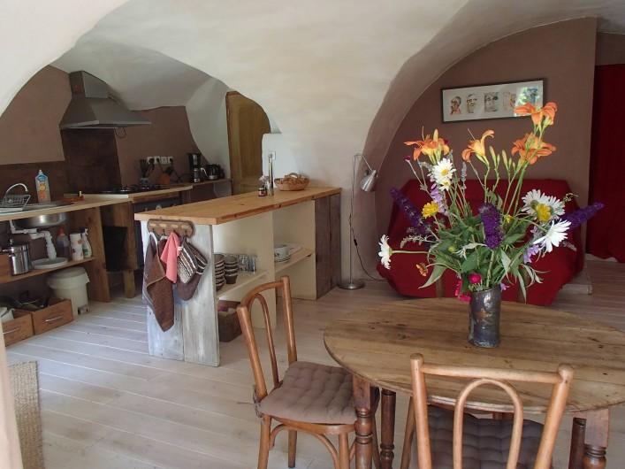 Location de vacances - Gîte à Chorges - Séjour cuisine vue de la porte fenêtre droite.