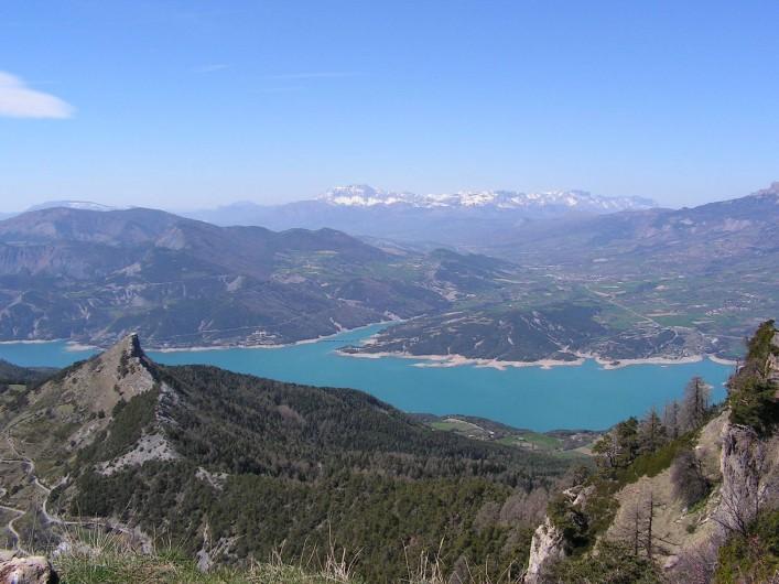Location de vacances - Gîte à Chorges - vue sur le Lac Serre Ponçon et Chorges à partir du Morgonnet.