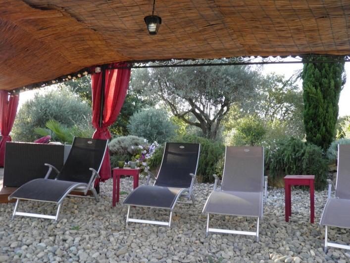 Location de vacances - Villa à Saint-Michel-d'Euzet - Chaises longues à la piscine