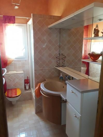 Location de vacances - Villa à Saint-Martin-de-Valgalgues - Salle de douche / wc à l'étage. Photos  salle de douche principale à venir.