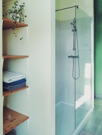 Location de vacances - Mas à Uchaux - Salle de bain privative d'une des chambres confort