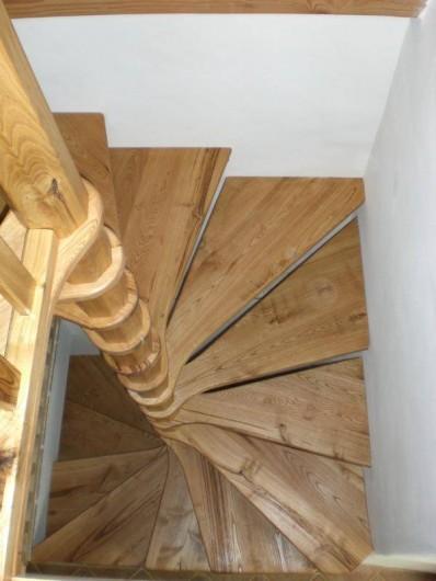 Location de vacances - Gîte à Coupiac - escalier intérieur