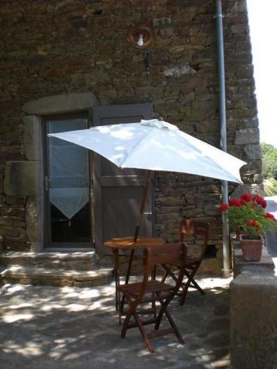 Location de vacances - Gîte à Coupiac - terrasse côté chambre