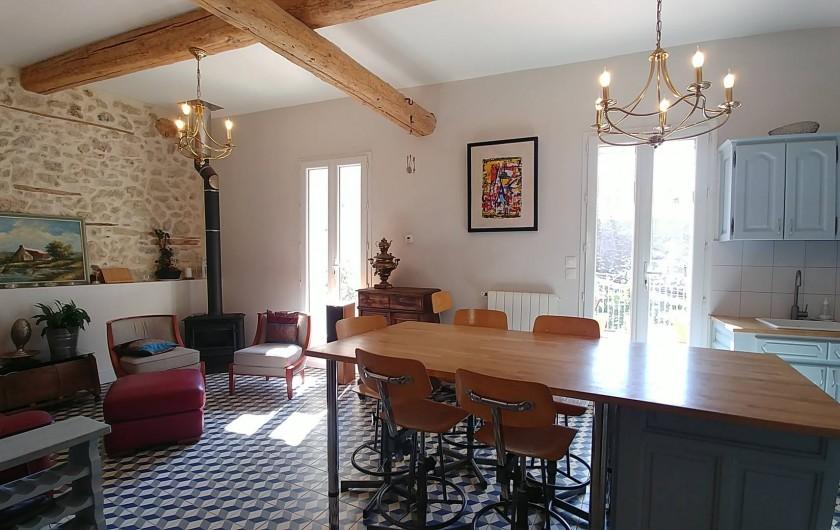Location de vacances - Maison - Villa à Pouzolles - Cuisine / salle a manger / salon