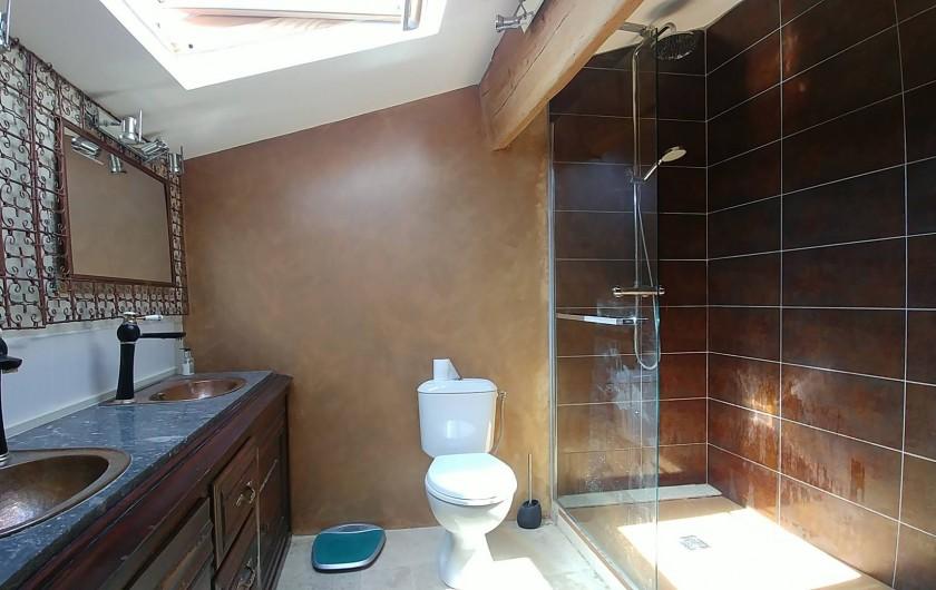 Location de vacances - Maison - Villa à Pouzolles - Salle de douche attenante - chambre principale