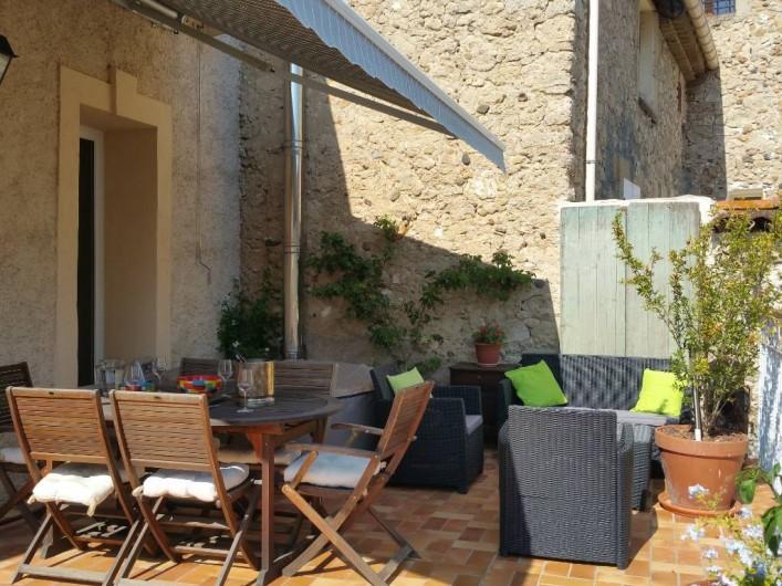 Location de vacances - Maison - Villa à Pouzolles - terrasse avec store