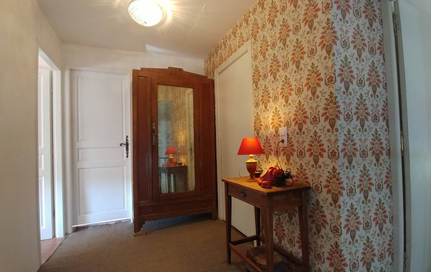 Location de vacances - Maison - Villa à Pouzolles - hall 2eme etage - chambre principale à gauche face sud et terrasse