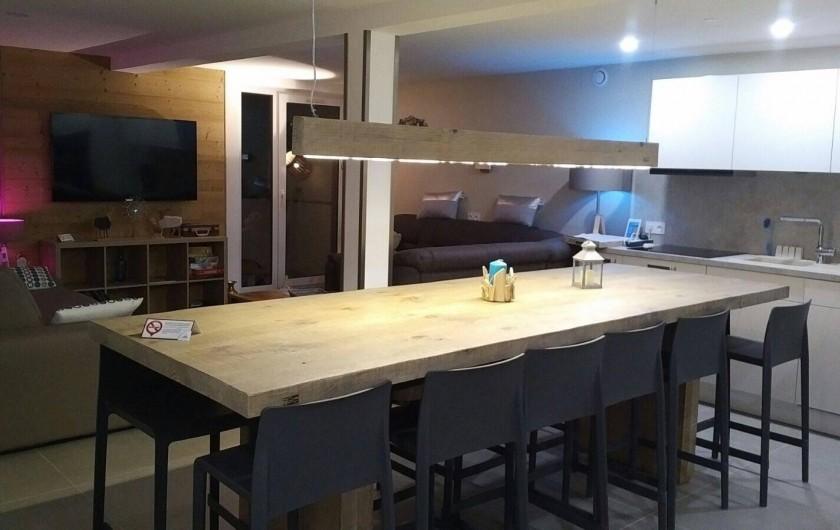 Location de vacances - Appartement à Les Deux Alpes - vue de l'ensemble Salon/cuisine avec balcon caté sud, photo de nuit