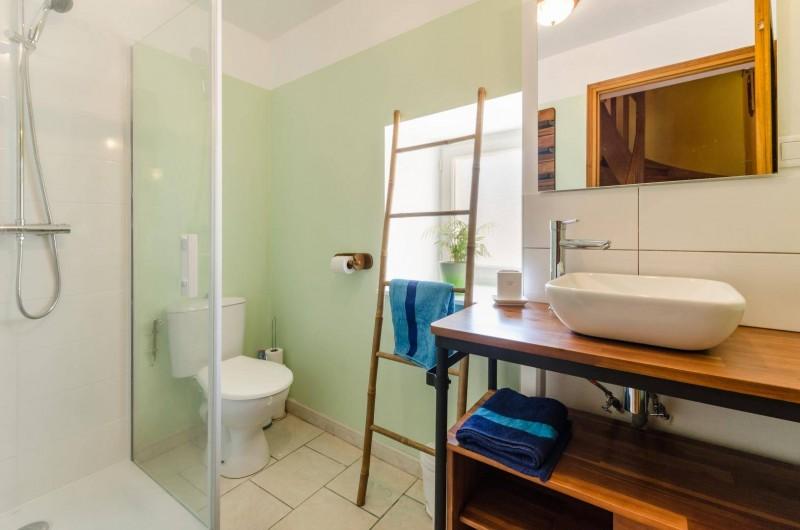 Location de vacances - Gîte à Baroville - Salle de douche avec wc au rez-de chaussée refaite en 2019