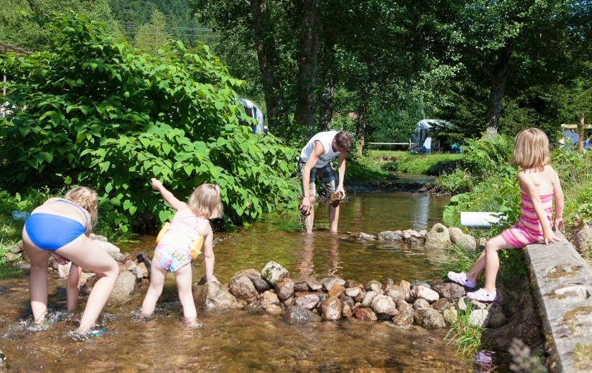 Location de vacances - Chalet à Xonrupt-Longemer - jeux dans la rivière traversant le camping