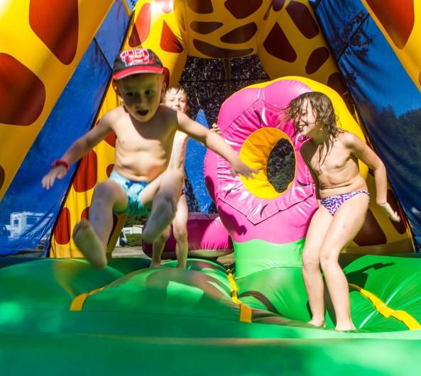 Location de vacances - Chalet à Xonrupt-Longemer - Notre amie Sophie la girafe fait sauter les enfants