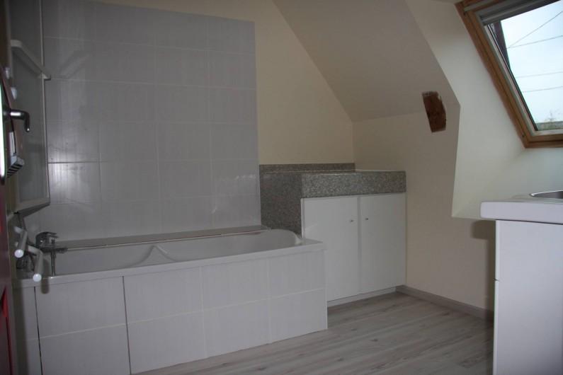 Location de vacances - Gîte à La Tour-d'Auvergne - Salle de bain étage