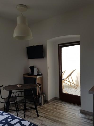 Location de vacances - Appartement à Saint-Montan - coin repas + terrasse