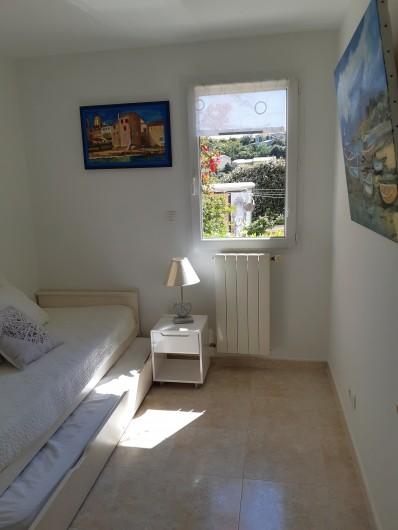 Location de vacances - Villa à Les Issambres - chambre rdc 2 lits près d'un coin toilettes
