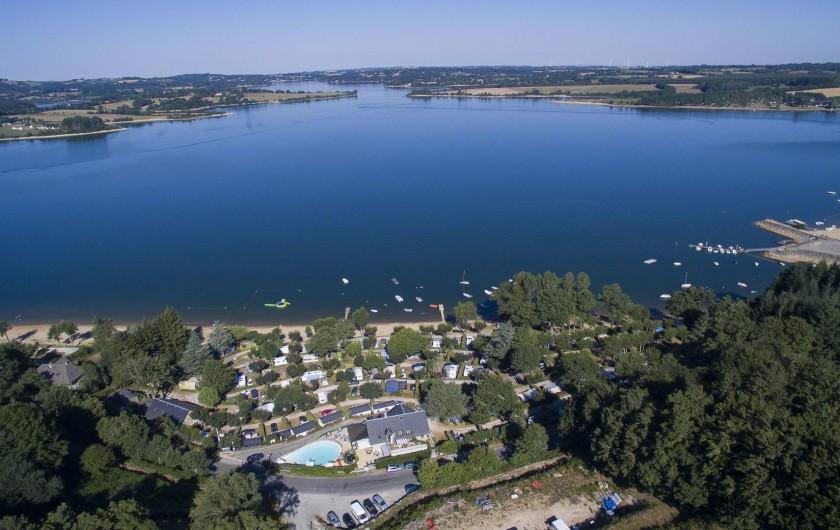 Location de vacances - Camping à Salles-Curan - la plus belle vue du lac de Pareloup au camping Beau-Rivage en Aveyron