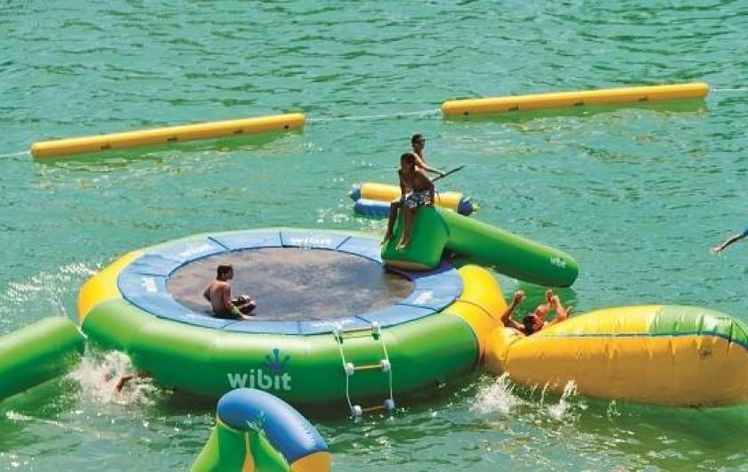 Location de vacances - Camping à Salles-Curan - parc aquatique gonflale et piscine camping beau-rivage lac de pareloup aveyron